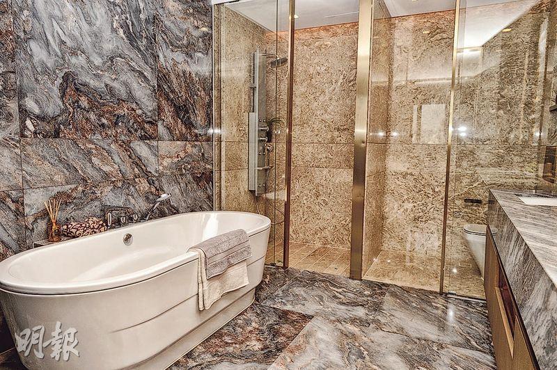 主人套廁設橢圓形浴缸,加上雲石鋪砌之牆身及地板,貴氣十足。