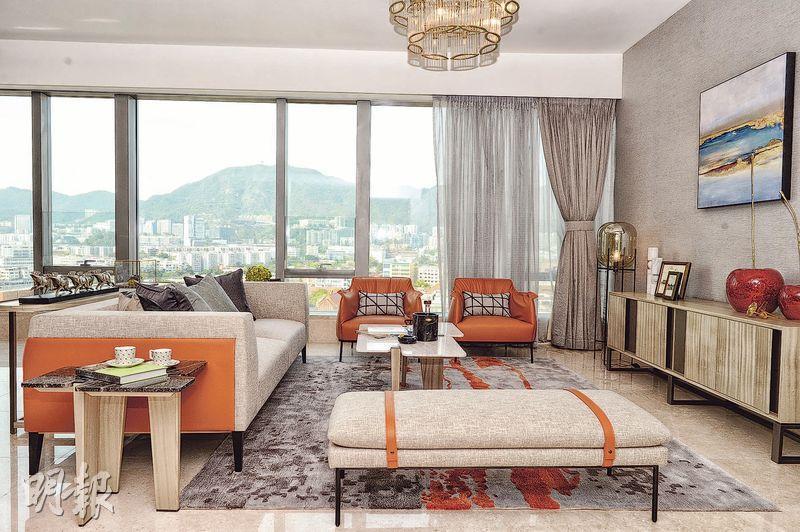 客廳設落地玻璃窗,戶主可安坐梳化,欣賞開闊市區景。