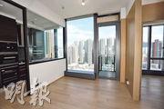 2座高層D室實用面積540方呎,大廳旁的開放式廚房,部分間隔牆採用玻璃設計,增加空間感。(攝影 郭慶輝)