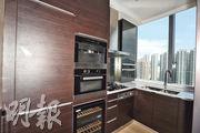 廚房內置有深木色廚櫃,並設有頂級品牌家電。(攝影 郭慶輝)
