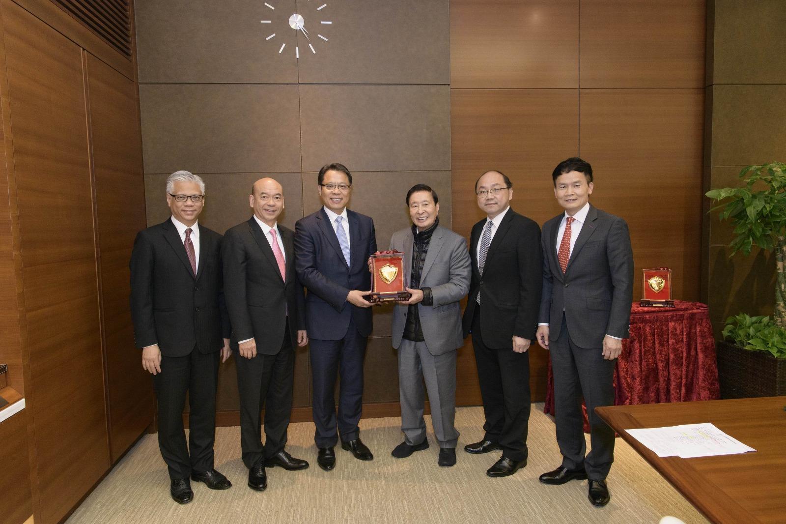 恒地主席李兆基(右3)、營業(一)部總經理林達民(右1)。