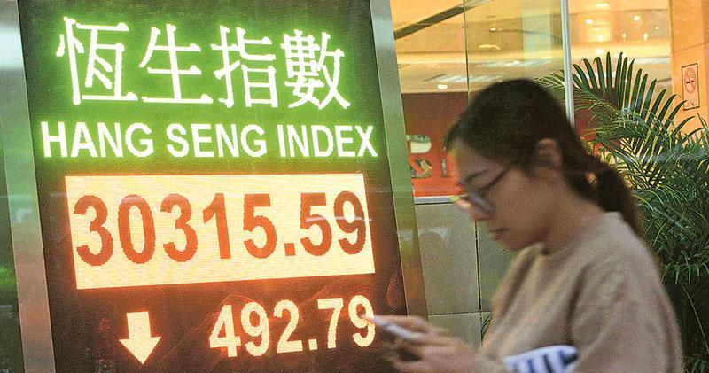 港元資金流走、中國經濟數據疲弱加上敘利亞局勢不穩,恒指昨日最多跌逾600點,收市跌492點,報30,315點。(中新社)