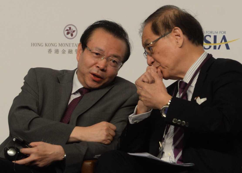 圖為華融董事長賴小民(左)與前中銀監主席劉明康(右)與論壇上談話。(資料圖片)