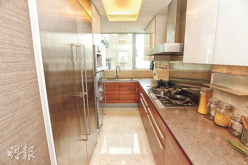 廚房設曲尺形工作枱,而且配備知名品牌家電。(攝影 楊柏賢)