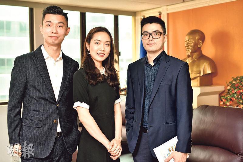 越南駐香港及澳門副總領事阮維堅(右)表示,去年越南樓價急升,預期今年樓價會平穩發展。圖左起為Vhome Property創辦人趙國傑及其妻子、Vhome Property聯合創辦人Angela Ta。(蘇智鑫攝)