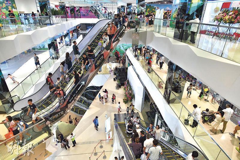 百利保及富豪酒店合作發展的馬鞍山We Go Mall,上周六首日試業,錄逾兩萬人次,包括不少家庭客及年輕人,商場目前出租率約七成。(馮凱鍵攝)