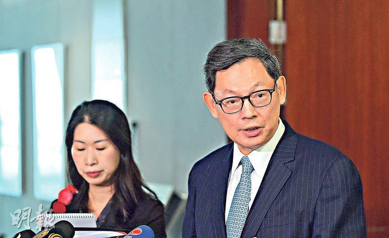 金管局總裁陳德霖(右)昨日在立法會表示,有關大灣區的發展規劃即將出台,希望規劃會有金融服務的相關措施,有兩項措施可以在大灣區先行先試,分別是港人以香港住址到當地銀行開戶口,及港人在香港遙距開立當地銀行戶口。(鄧宗弘攝)