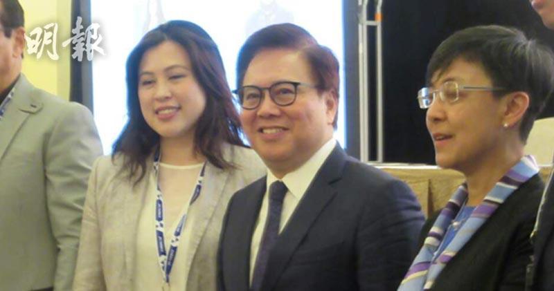 左二為金沙中國總裁兼執行董事王英偉。(陳偉燊攝)