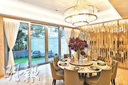 洋房地面一層主要為客廳,放置了一張八人圓形餐枱,在大型水晶燈下,凸顯豪宅氣派。