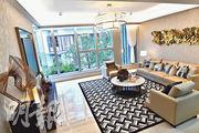 洋房一樓主要為客廳及一個套房,客飯廳分別設於不同樓層,設計獨特。