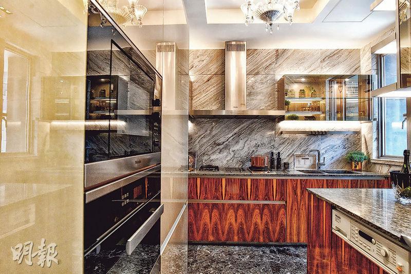 地下位於大門附近位置是廚房,除配置國際頂級品牌家電外,亦設歐洲進口廚櫃。