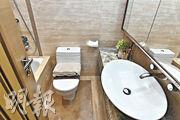 客廁雖然面積較細,但鋪滿雲石,不減貴氣。