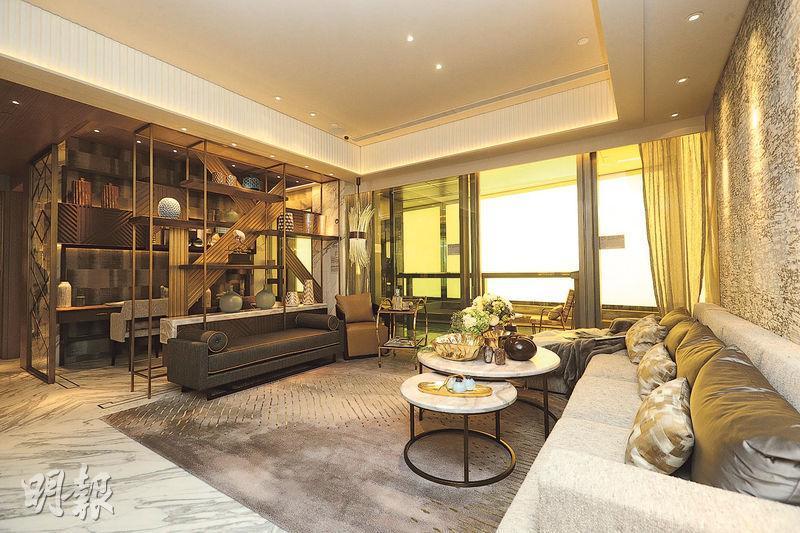 海璇的連裝修示範單位以2座8樓A室為藍本,實用1599方呎,單位原為4房間隔,發展商將鄰近客廳的睡房改為書房,全屋以香檳金色為主色調,長形大廳寬敞,展現豪宅氣派。(曾憲宗攝)