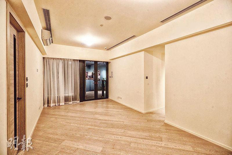 其中一個交樓標準示範單位以3座28樓H室為藍本,實用面積833方呎。