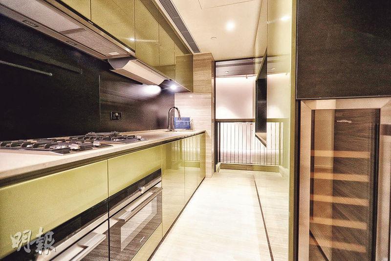 長形廚房外連16方呎工作平台,增強通風效果。