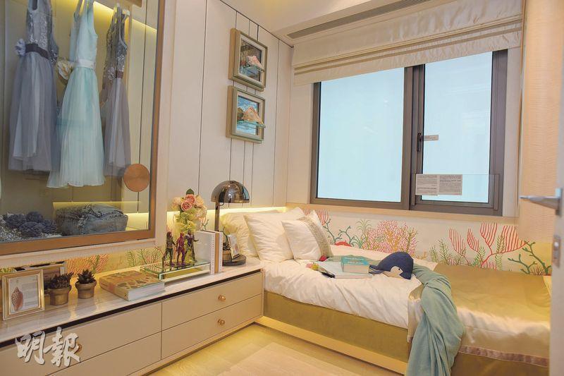 屋苑部分房間放棄落地玻璃,改用較為傳統的半身高牆身,方便擺放家具。(攝影 黃志東、蘇智鑫)