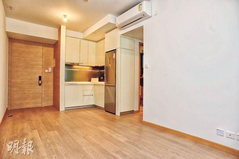 2房交樓標準示範單位大門旁留有約一呎多闊的空間,方便住戶擺放半身鞋櫃。(攝影 黃志東、蘇智鑫)