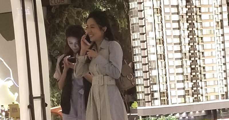 唐詩詠(右)、黃翠如今日結伴參觀柏蔚山示範單位。