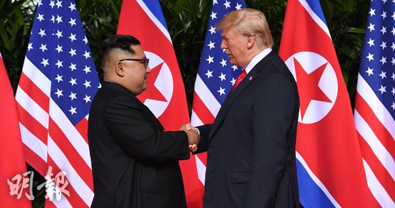 美國總統特朗普與朝鮮最高領袖金正恩在國際傳媒鏡頭下握手致意。(法新社圖片)