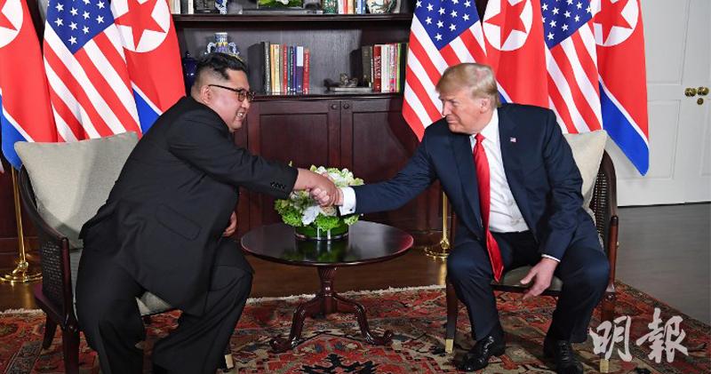 美國總統特朗普、朝鮮領導人金正恩歷史性會面,雙方在傳媒拍攝期間多次握手致意。(法新社)