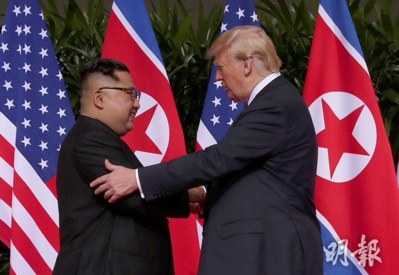 兩人握手時面露微笑。(路透社)