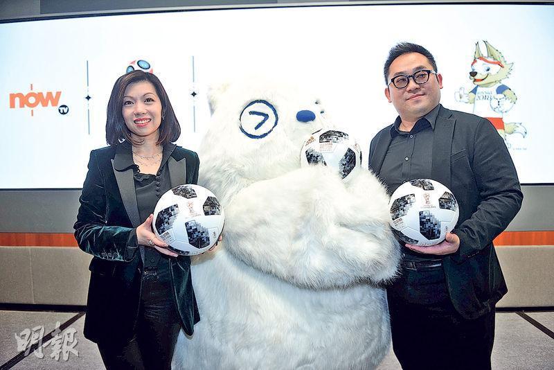 世界盃今晚開鑼,ViuTV有特備節目在臨近開賽前減價48%。圖左為電訊盈科媒體集團董事總經理李凱怡,旁為香港電視娛樂總經理魯庭暉。(資料圖片)