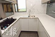 廚房設U形工作枱,配備一系列西門子品牌家電,亦有窗戶增加通風效果。(劉焌陶攝)