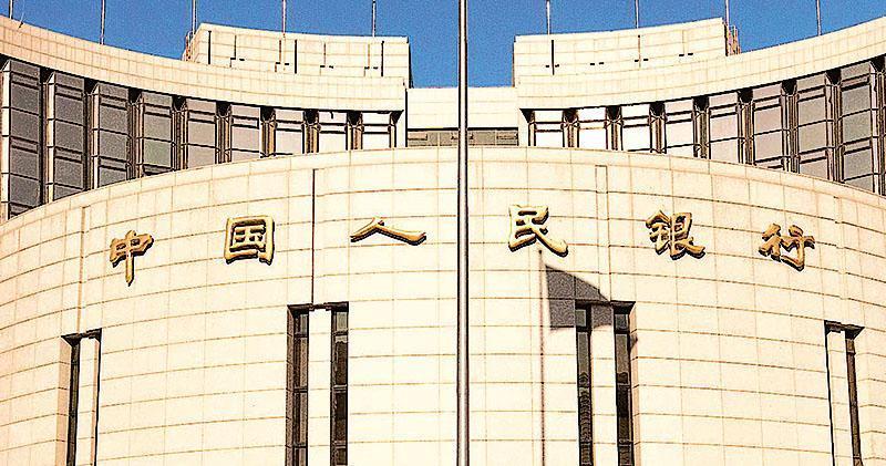 人民銀行昨宣布,7月5日起定向降準0.5個百分點,相當於釋放約7000億元人民幣資金,其中17家國有及股份制大銀行降準所得5000億元,將用在債轉股項目。(資料圖片)
