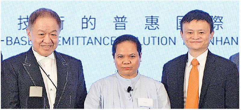 螞蟻金服宣布率先透過支付寶香港(AlipayHK)開拓海外跨境匯款服務,先試AlipayHK錢包即時傳錢到菲律賓電子錢包GCash。左為長和聯席董事總經理霍建寧,右為阿里巴巴集團主席馬雲。(劉焌陶攝)