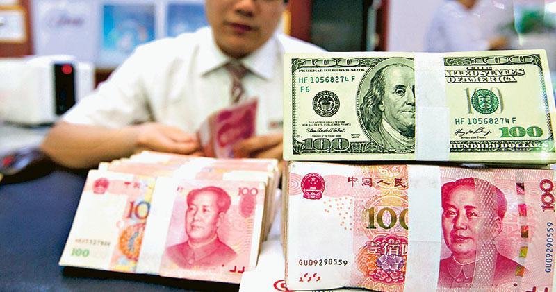 在岸人民幣匯率昨貶逾370點子,月初至今貶2.58%,是2015年「811匯改」後最大單月跌幅。高盛報告稱,中國將人民幣貶值比起大幅沽售美債,更有效應對中美貿易摩擦。(中新社)