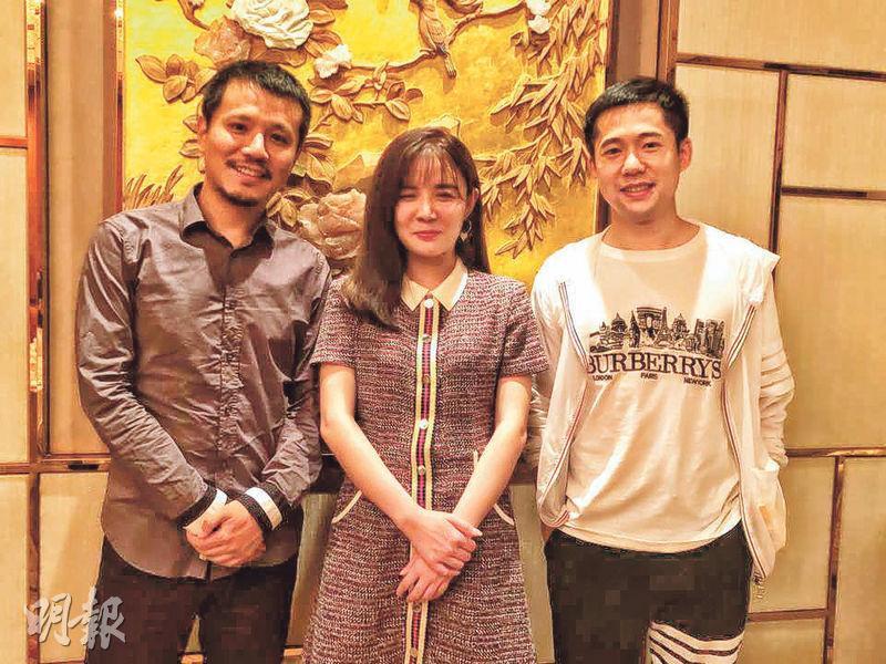 厚海文化總經理趙文竹(中)表示,公司與傳遞娛樂簽訂溢利保證協定,並有信心會達到目標。圖右為副總經理馬進,左為副總經理王俊。(龍彩霞攝)