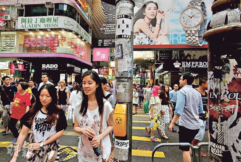 有報告表示,人民幣匯價走勢,與內地訪港旅客增長有正向關係,擔心人民幣下跌影響內地旅客訪港意欲。(資料圖片)