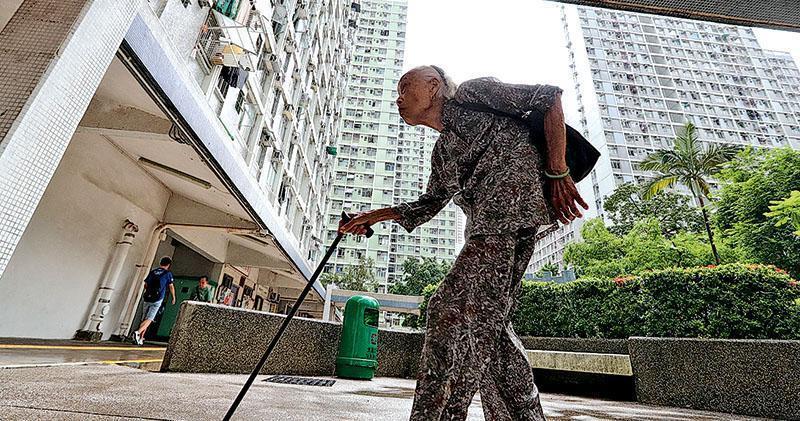 年滿65歲的長者投保一筆過的金額,每月便可獲取固定年金,直至終老。香港年金公司執行董事兼總裁劉應彬昨表示,本港人口老化持續,不論最終認購反應如何,都會把年金計劃恒常化。(李紹昌攝)