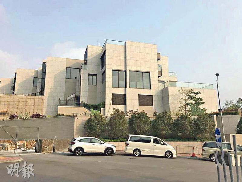 珀居位於屯門掃管笏,由14幢洋房組成,目前已屆現樓。