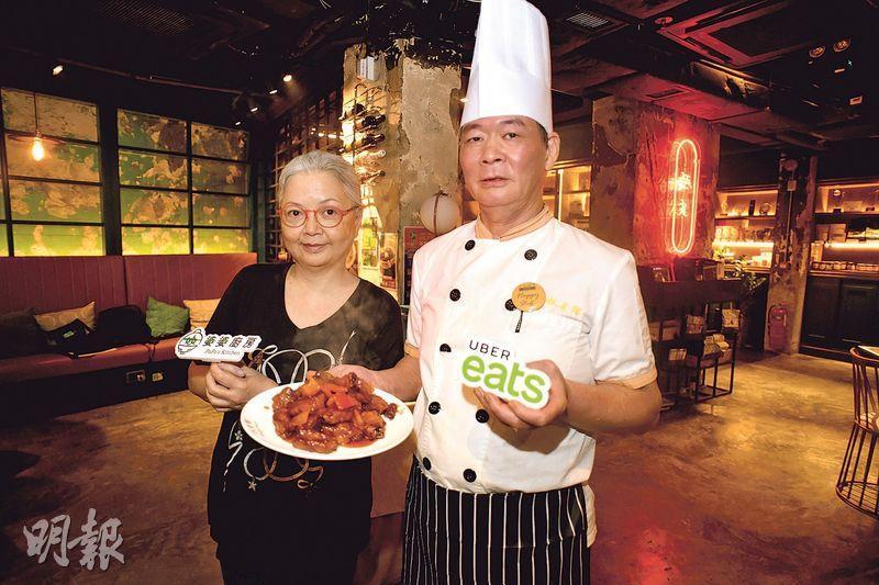 為「婆婆廚房」貢獻糖醋骨食譜的Lilian(左)表示,有機會把珍貴食譜分享出來,她感到十分開心和欣慰。旁為銀杏館廚師葉師傅。(蘇智鑫攝)