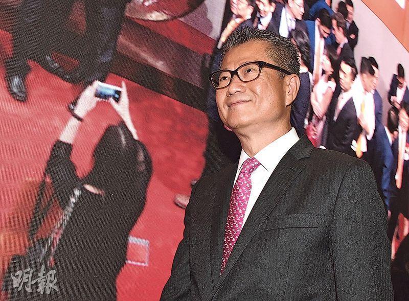財政司長陳茂波出席上市儀式,問及小米開市即跌破招股價,他表示:「(小米)比招股價低咗少少,唔需要擔心。」(劉焌陶攝)