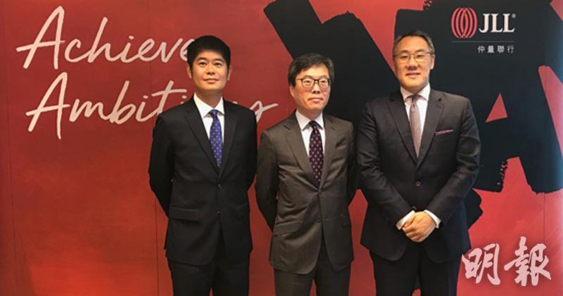 圖左起為仲量聯行商鋪部主管陳耀峯,董事總經理曾煥平,商業區域董事嚴威程