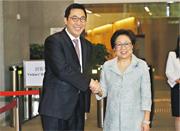 剛接替史美倫(右)的金融發展局新主席李律仁(左)稱,金融科技對金融市場的影響將是其任內最大挑戰。(李紹昌攝)