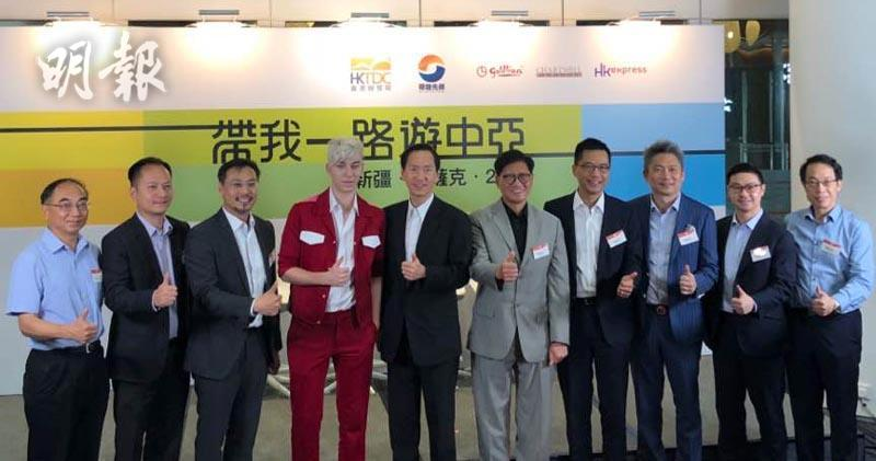 圖右五:香港貿易發展局副總裁葉澤恩、左四為網絡紅人「俄仔」Artem Ansheles(黃琨攝)