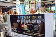 智能調酒師可根據顧客要求自動製作飲品。(張心怡攝)