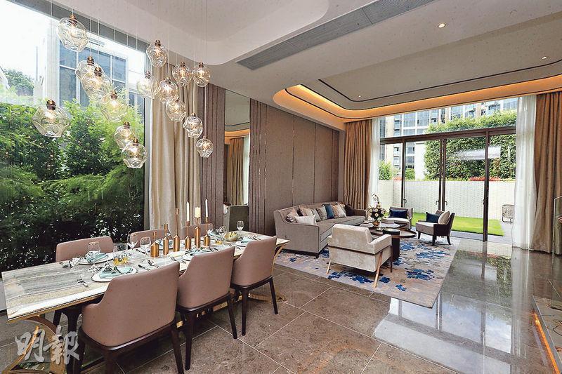 GRAND NAPA 26號洋房為示範屋,客廳放置全套大型沙發和兩張小茶几;飯廳放有一張六人用餐桌。(曾憲宗攝)