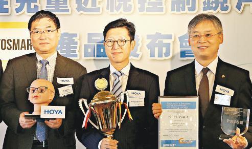 理大與Hoya平等合作創本地先河。圖右起為理大眼科視光學院主任杜嗣河、Hoya Lens香港董事總經理關國強與Hoya Vision Care技術研發部專家祁華。(曾憲宗攝)