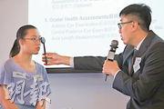 MyoSmart的驗配流程比較詳細,每隔半年還會為顧客重新驗眼。圖為Hoya Lens香港專業事務經理鄧子誠(右)示範驗配流程。(曾憲宗攝)