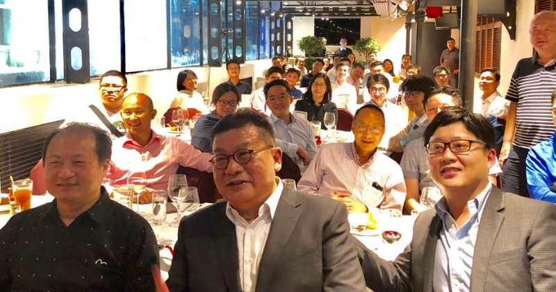 紀惠集團行政總裁湯文亮與香港奧國經濟學院院長王弼活動後,與參與晚宴人士合照。(黃琨攝)