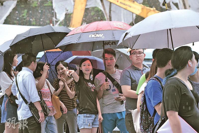 主打細單位的大圍珀玥昨日首推112個單位,買家冒雨排隊。消息稱,項目即日售出約106伙,佔可售單位約95%。(楊柏賢攝)
