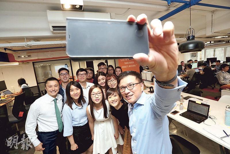 陳家強(前)加入WeLab任資深顧問,圖為他與WeLab創辦人龍沛智(前排左一)及一眾同事及實習生合照。(李紹昌攝)