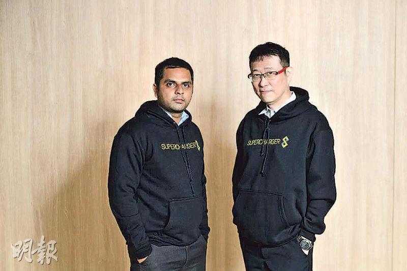 星展與新加坡初創企業FinChat合作,利用FinChat的系統,讓私銀及財富管理的客戶可以透過WhatsApp或WeChat與其客戶關係經理聯絡,包括下達交易指令。圖為FinChat創辦人Arjun Singh(左)及翁漢昭(右)。