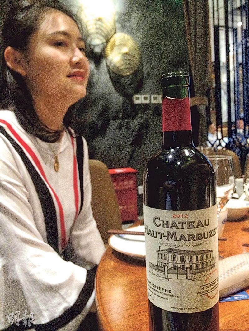 朋友帶這款酒來晚飯,除了因為它是國內人比較少知道的波爾多左岸名酒村Saint-Estephe之外,可能還有更深一層的原因吧?