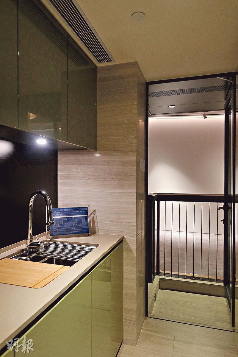 長形廚房設有多款家電,並外連工作平台,增加通風。(攝影 曾憲宗)