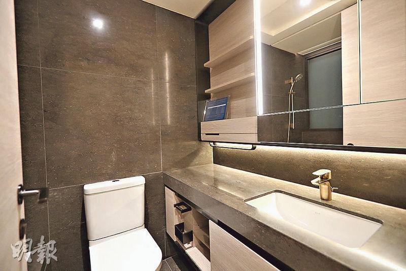 浴室設計簡潔,設有不少儲物空間。(攝影 曾憲宗)